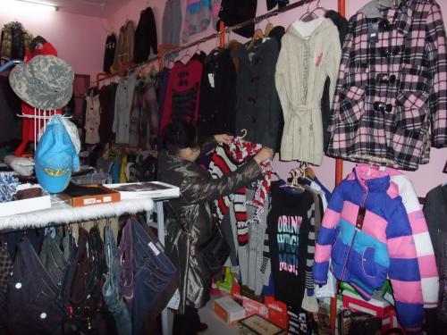 と言う事で店内へ。若い女店員と話し合い開始。九寨溝ブランドの衣服購入。センスは悪くない。妻の服はグループの女性には日本製と思ってるらしくお褒めいただいていた。<br />私的にはパンツの裏まで中国製。
