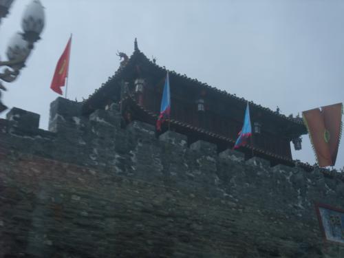 松蕃の城門。巴士の窓より撮す。