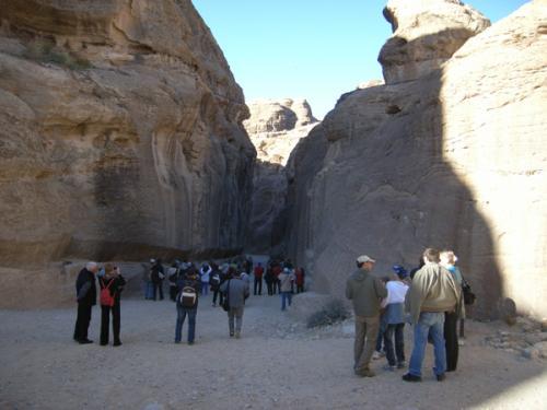 いよいよ、シーク(隘路)の入口です!元々一つの岩だったものが裂けて、このような通路ができたそうです。左右の岩の模様が呼応しているのが、かつて同じ岩だった証拠なのだとか。