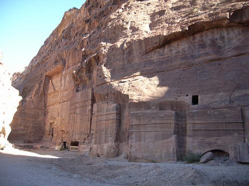 エル・カズネを通り過ぎると、「ファサード通り」という道に出ます。神殿のファサード(正面)のようなものがいくつも並んでいることから、こう呼ばれるのだとか。ギザギザの階段状の装飾はcrow step(カラスの階段)と言われ、メソポタミアにもある古代からの意匠です。