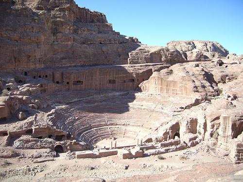ローマ時代には、おなじみ円形劇場が建てられました。岩山をすり鉢状になっているところが、ペトラらしいですね。ペトラの人口の3分の1くらいをいっぺんに収容できるだけの大きさだったそうです。