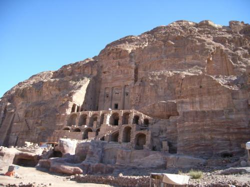 ローマ劇場から列柱通りに向かう途中、右手上方に、「貴族の墓」が見えます。それぞれの装飾から、Urn Tomb(ツボの墓)、Corinthian Tomb(コリントの墓)、Silk Tomb(絹の墓)、Palace Tomb(宮殿の墓)といった、面白い名前がついています。正面はかなり凝っていますが、エル・カズネ同様、中には何の飾りもない部屋があるだけです。