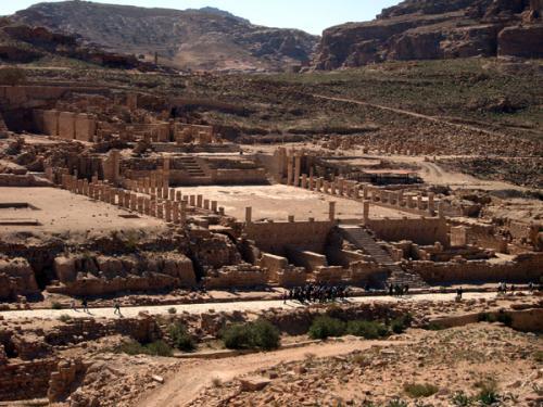 列柱通りからは、ローマ時代に都市の中心部だったところに出ます。なかでもひときわ目立っているのが、Great Temple(大神殿)。ナバテア人の神殿を拡張して、ビザンチン時代まで使われていたそうです。