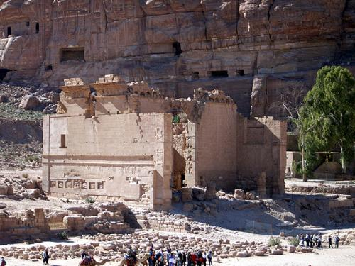 列柱通りの最後に、カスル・エル・ビントと呼ばれる建物があります。元は、ナバテアの山の神ドゥシュラに捧げられた神殿。アラブ人たちが、なぜかカスル・エル・ビント・ファラオーン(ファラオの娘の宮殿)と呼ぶようになったとのことです。