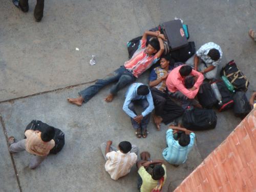 [RACとWait List]<br /><br /> 予約枠と並んで重要なのが、RAC及びWait Listという仕組みです。インドの鉄道では、満席でも予約を入れてウェイト・リスト(WL)に名を連ねることが、普通に行われています。つまりキャンセル待ちなのですが、インドの場合、少々不可解な振る舞いをします。具体的には、(1)乗車日のかなり前から多数の人がキャンセル待ちの予約をしている。(2)なぜか、かなりの人が当日席をゲットしている。この2点です。<br /><br /> まず(1)ですが、チケットのキャンセル料が安いので、とりあえず予約を入れておく人が結構います。そういう人はキャンセル料が高くなる2日前までに予約を取り消しますので、WLの順位が少し繰り上がります。さらに、FT枠など他の特別枠が割り当てを消化できなかった場合、それらの空席が出発当日に、一気に流れ込みます。イメージとしては、少しずつWLの番号が若くなっていき、出発直前にドカン!と繰り上がる感じです。これが、(2)の原因です。もちろん、早い段階で予約が確定する場合もあれば、ドカン!の後でも席が手に入らない人もいます。
