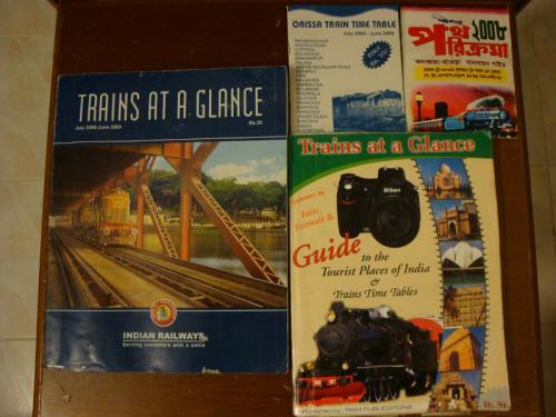 [プランニング]<br /><br /> インド鉄道の時刻表に相当するのが「Trains at a Glance」(以下TAG)です。毎年9月改定で、駅の売店や本屋で購入できます。オリジナル版と一回り小さいRam Publications版があり、オリジナル版のほうが安く、情報の漏れも少ないです。全く同じものをインド鉄道のウェブサイトからPDFで閲覧、保存できます。ただし、ページごとにPDF化されているため、あまり使い勝手はよくありません。<br /><br /><br />写真: 左 - インド鉄道版TAG、 右 - Ram版、 上 - 地方の時刻表<br />