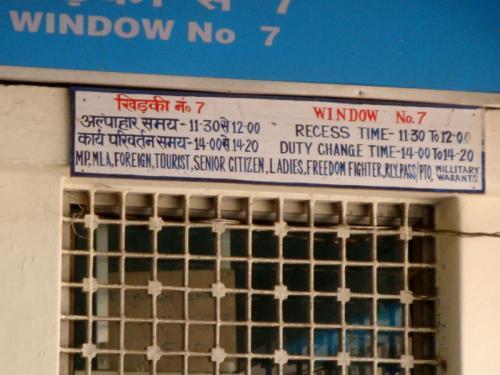 [予約枠]<br /><br /> インド鉄道のキー・コンセプトに「予約枠(Quota)」というものがあります。一般枠、外国人枠、女性枠、緊急枠、軍人枠、鉄道職員枠、始発駅枠などいろんな枠があり、あらかじめ座席が割り当てられているのです。この中で我々旅行者に関係があるのは、一般枠、外国人枠、緊急枠の3つです。女性の場合、女性枠も使えますが、割り当てが少なく私も詳しくないので今回は省略します。各枠について見ていきます。<br /><br /> 「一般枠」(General)は、文字通り誰でも買えるチケットで、最初に予約が埋まります。「緊急枠」(Tatkal)はお金を少し余分に払って予約するチケットで、出発5日前から販売されます。緊急枠は魅力的ですが、一般枠と比べ割り当てが少なく、列車の始発駅から終点までの料金を払う必要があるなどの制限があります。使いこなすには少し慣れが必要です。この2つは、駅窓口、オンライン、現地の旅行代理店どこでも購入できます。<br /><br /><br />写真: ある地方都市の特別枠用窓口。外国人も女性も軍人も同じ窓口で大変混みあいます。