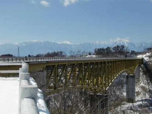 泉ラインを甲斐大泉駅方面に行き、「甲斐大泉温泉パノラマの湯」で右折し、しばらく南へ下る。広い道「北杜八ヶ岳公園線」に出たら左折して、再び登りはじめる。すると、すぐに絶景ポイント「川俣川大橋」(写真)に着く。
