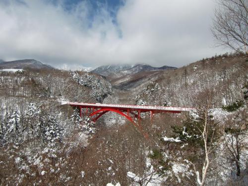 八ヶ岳高原ラインに出たら左折して少し走れば「赤い大橋」(写真)に着く。