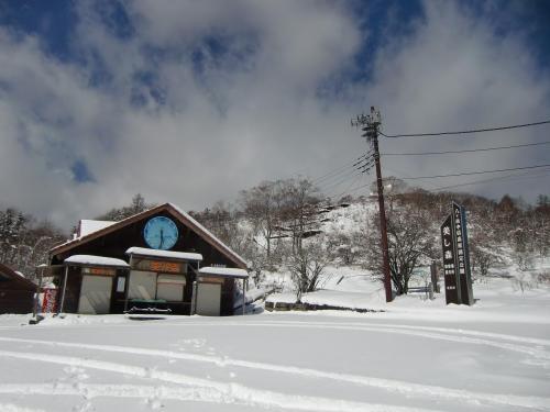 清里高原ホテルのすぐ上に美し森展望台がある。駐車場(写真)は雪でおおわれ売店はクローズ。もちろん周囲には誰もいない。