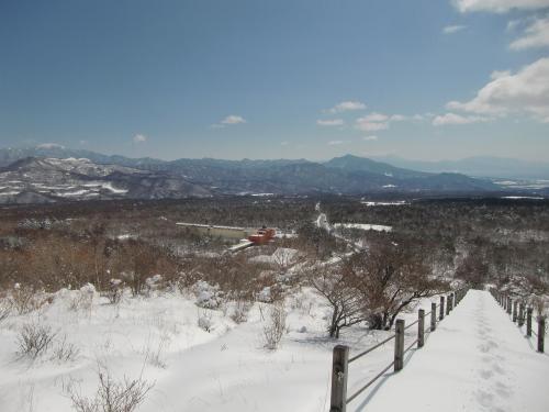 清里高原ホテル(写真)が眼下に見える。ここは八ヶ岳山麓の一部でカラマツ林が多い。