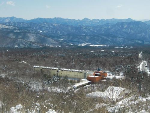 5月の連休前後、八ヶ岳山麓のカラマツが一斉に芽吹き、春の到来と共に鳥のさえずりも多くなる。写真:雪の清里高原ホテル
