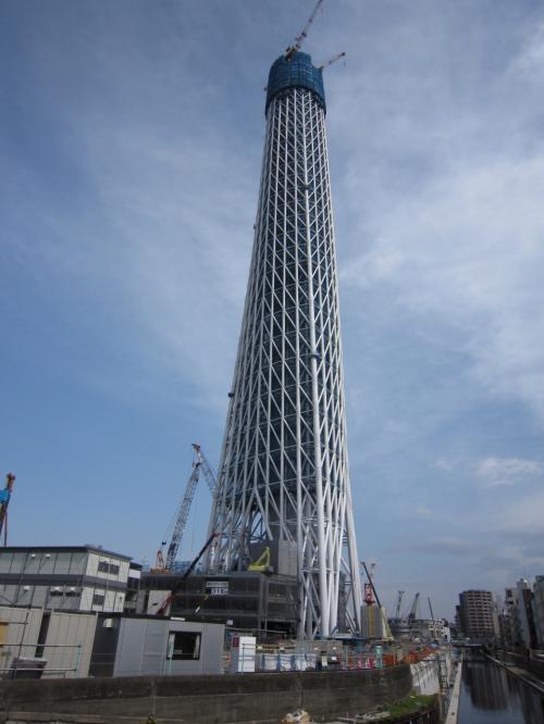 業平橋駅側<br /><br />連休だったので結構沢山の見物客がいました。(我々もか(^^ゞ)<br />自宅からも遠目に見えますがやはり近くで見ると巨大で圧倒されます。<br />これで、もうすぐ東京タワーを超す高さなのですね!