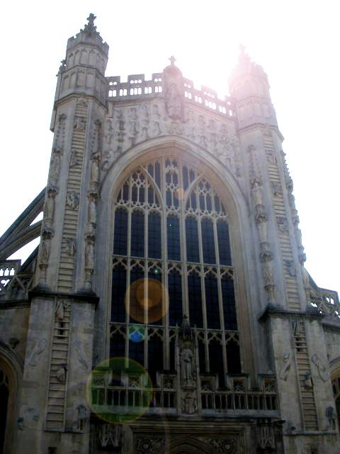 バース・アビーとその周辺<br /> 町の中心部にあるバース・アビーはシリーズを通じて幾度となく登場する。アビーとは本来修道院を意味するが、現存するのは教会の建物だけである。有名な梯子の彫刻で飾られた西正面を見上げる広場アビー・チャーチヤードは、D警視のお気に入りの場所でもある。<br />