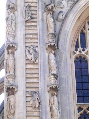 多くの人がこれはヤコブの梯子をあらわすのだと思っている。<br />しかしながら、正式な説ではオリヴァー・キングの梯子とされている。1499年から寺院復興の事業を進めた、この名前を持つ司教が、天まで届く梯子の夢を見たのは自分だと頑強に主張したからなのだ。<br /><br />ピーター・ラヴゼイ『最後の刑事』山本やよい訳、ハヤカワ書房<br /><br /><br />