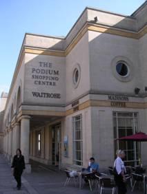 ザ・ポディアム<br />前出のセント・マイケル及びセント・ポール教会のすぐ横にあるショッピングセンター。この中のウェイトローズ(スーパーマーケット)はD警視の宿敵(?)副本部長のジョージナが愛猫サルタンの為にカレイの切り身を買う店である。<br /><br />「ミズ・ヴァルプルギスが、2、3日おきにでカレイの切り身を買ってきて、シチュー鍋に水を入れ、魚を二枚のお皿にはさんで蒸してくださったら、サルタンはきっと生涯の友になるはずよ」<br />ピーター・ラヴゼイ『漂う殺人鬼』山本やよい訳、ハヤカワ書房<br /> <br /> ところが猫の世話を焼いてくれる筈のミス・ヴァルプルギスは実は猫恐怖症であることが判明、警視は副本部長にナイショでサルタンを自宅に連れ帰り、飼い猫ラッフルズの丁重な接待に任せる結果となる。<br />