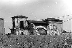 戦後、サブーロヴォはモスクワの一地区になり、もとの村だった場所には労働者町もできました。80年代に住宅難が高まり、この近くの市民はもとの村のところで団地を建設しようと主張しました。その時期には、工場などで働き始めてから20年以上もたった後にアパートを手にするということは、ごく普通のことでした。若者のうちに自分のアパートを入手するのはほぼ不可能でした。<br /><br />ただ、ペレストロイカが始まり、自分の手で自分のためにアパートを建設しよう、という熱狂者たちが現れました。彼らのねらいは、住むための建物を建設するだけでなく、学校など色々な施設もつくり、そのいわゆる「青年住宅街」で皆で一緒に暮らす、ということでした。1987年、サブーロヴォ青年住宅街の建設がはじまり、5年間ほどかけてサブーロヴォは完成しました。そのときに建てられた学校は、その時点でヨーロッパ最大の学校でもありました。聖ニコライ教会は、多くの教会のようにソ連時代に破壊され、その跡地に「エネルギー鉄金属」会社の倉庫がつくられましたが、90年代の初めに美しい聖ニコライ教会は再建されました。<br /><br /> 現在、その青年住宅街を提案し建設したかつての若者たちはすでに年をとり、彼らの子供たちがいま新しい世代の若者となり、自分のふるさとであり長い歴史を持つサブーロヴォを、いつまでも美しいところとして保存するように頑張っています。<br /><br />http://www.jic-web.co.jp/study/jclub/info.html