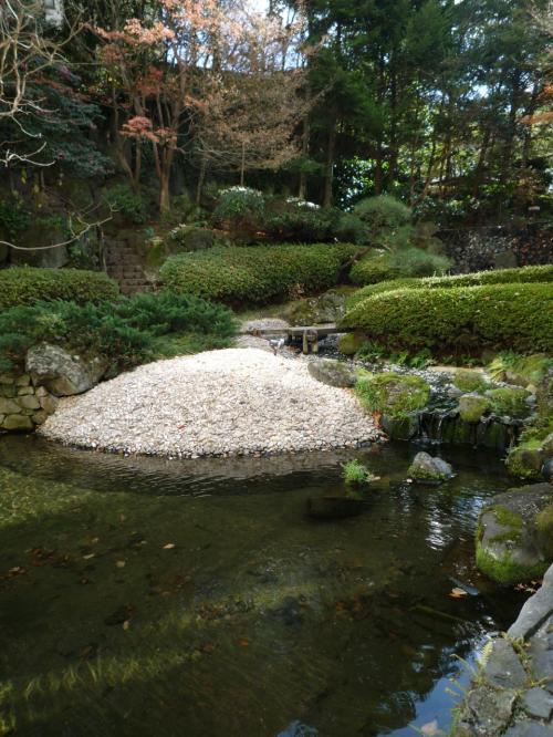 表紙の写真の入口から中に入っていくと「回遊式庭園」があります。