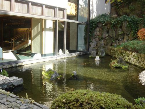 庭園には池があってこの池はロビーにつながってします。<br /><br />