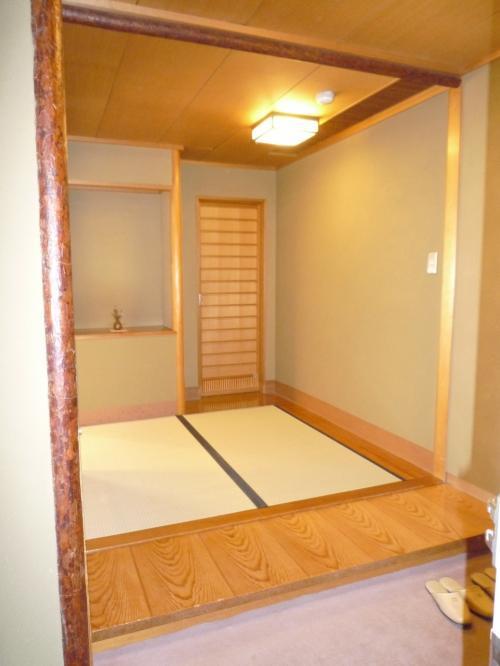 お部屋に到着です♪<br /><br />入口玄関を入ったところです。<br /><br />右側にある戸の奥は「トイレ・バス・シンク」です。