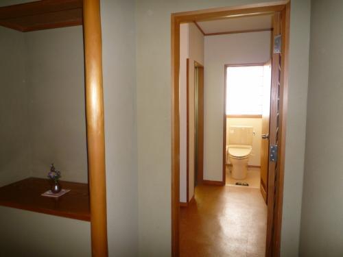 戸を開けると奥にトイレがあります。