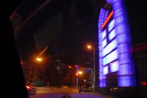 蒲芳路の食堂街。ここが、空港バスの出る貴友大厦のある通りです。