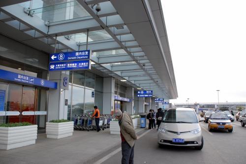 T1到着!<br /><br />道の一番遠くに停車したバス。<br />車も少ないので歩道際に寄せればいいのに、たったそれだけのハンドルさばきでさえ面倒なのかお前等は!?<br /><br />くだらなく寂しい性格の人間が、北京でさえまだまだ多い中国です。<br /><br />荷物をバスから降ろしたままの状態、道の真ん中に放置したまま台車を取りに行きました。他の車が来ても、降ろされたところがそこなので仕方がないやんか!