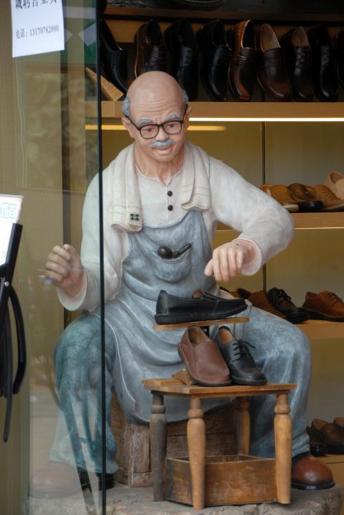 見た事あるような人発見!<br /><br />あらら、靴屋さんの人形でした。