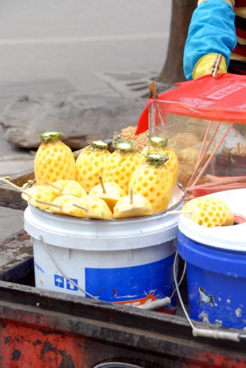 ん?<br />店の前にいたのはパイナップル屋さん。<br />変わった作業をして居ました!