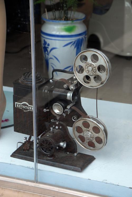 おお!<br />洋服店のショーウインド内にあった、かなりレトロな「KEYSTONE社製」の映写機です!<br />本物かなぁ・・・本物だったら高いでしょうけどね。
