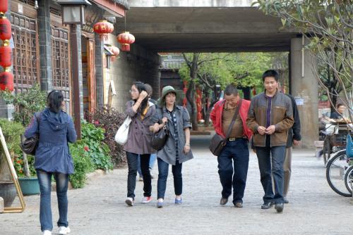 中国人の一般的な観光スタイル。<br />とってもラフな感じで良いですね!<br />まあ、中国の観光では、どこへ行ってもローカルに密接なので、汚れているところも多く、綺麗な服装では楽しめない…という事実もありますしね。<br /><br />現に今、こまのチノパンツのおしりと右膝には、沢山のシミが付いております…<br />写真撮影で座ったり立て膝付いたりしますので。