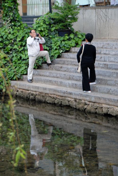 こまは、水路の向こうで写真を撮っている人に釘付け!<br /><br />なんであんなしんどい恰好をして撮るのでしょうか?<br />しかし、中国の高齢者は体が柔らかい!