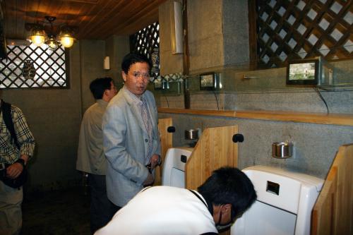 わおお!!!<br />爺ぃ、なんか節操の無い事しましたよ!<br />なんと、トイレでストロボ使いました・・・(~灬~;<br />面白かったので、ちゃっかり写真使わせて貰いました!<br />この、みんなが興味有ると思われる豪華トイレの中の様子が判って良いですしね!