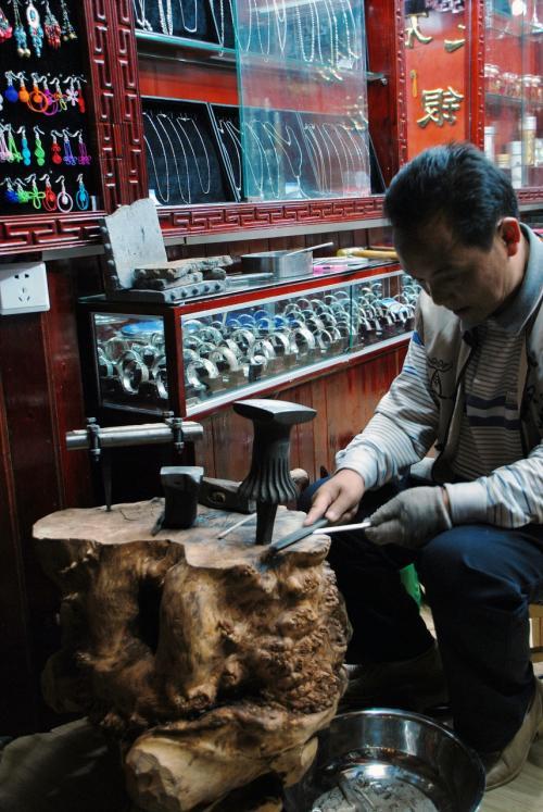 一心不乱に作業中のおじさん。<br /><br />他の中国都市でも余り見かけられないステキな姿。