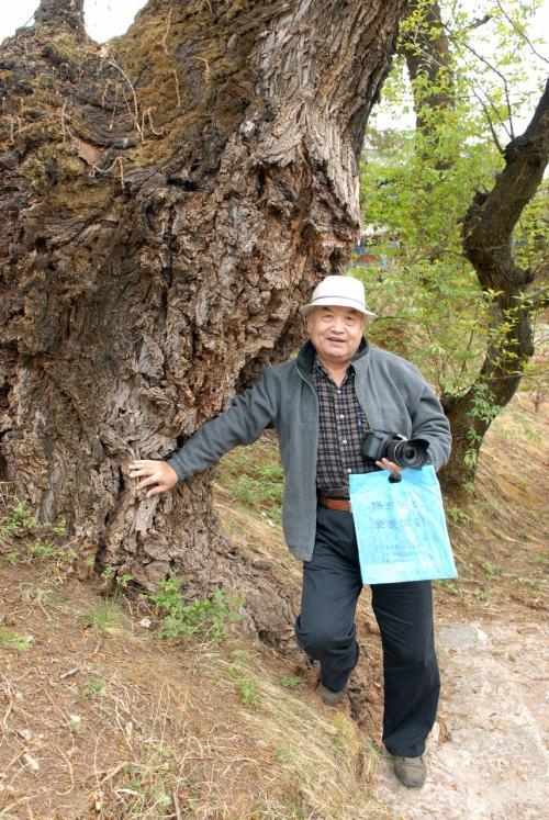「この木の幹、お気に入り〜♪」<br /><br />と言う事で、記念写真撮らされております。