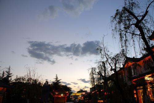 表に出てみると、日がとっぷりと暮れて居ました。<br /><br />爺ぃが、「你看!那个深一点的雲很象龍!(色の濃い雲が龍みたいじゃ!見てみぃ!」って言いながら写真を撮るのですが、全然上手く撮れません。こまがマニュアル設定にして上げて撮ったら、何とかそれなりに撮れました。<br />で、こまが撮ってみると、龍の形は「蝦蛄」みたいになっていました・・・
