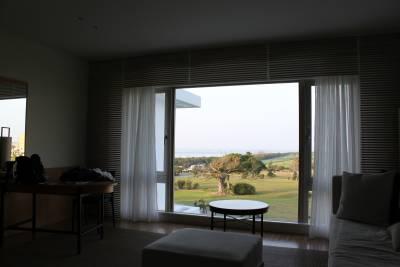 この部屋は別館で、海があまりよく見えません。<br />窓の外はゴルフ場です。