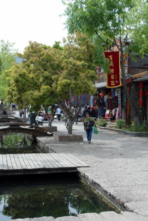水の流れる束河古鎮の四方街。