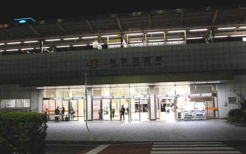 岐阜羽島駅です。<br />周辺には、ホテルしかありません。<br />食べ物屋もありません。<br /><br />構内にコンビニがあるだけ・・・。<br />また、構内のうどん屋も閉店していました。<br /><br />ここから、ちょっと歩いて食べ物やを探します。<br />