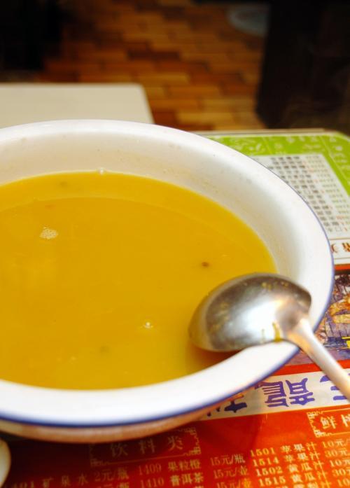 これが問題だった南瓜湯。<br /><br />珍しく有った!と思って喜んで頼みましたが、注文時、他の料理では、砂糖が多いかとか唐辛子がどうとか確認しながら頼んでいたのですが、このスープにはそう言った心配がないと思って何も言いませんでした。<br />すると、出された南瓜湯には「砂糖」がふんだんに使われており甘いのなんの。<br />で、責任者に言って、別のタマゴトマトスープに変えて貰いました。<br /><br />南瓜スープはヘンテコでしたが、サービス対応はなかなかのものでした。