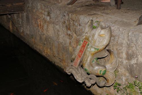 水路にあった飾り彫刻。
