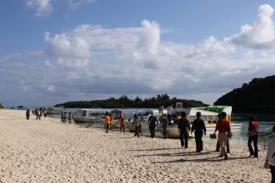 このツアー最後のポイント、川平湾へ。<br />グラスボートに乗ってサンゴを見に行きます。<br />他のお客さんは「わー、きれい」とか感激していたが、ダイビングを経験すると、グラスボートでみるサンゴはイマイチ。
