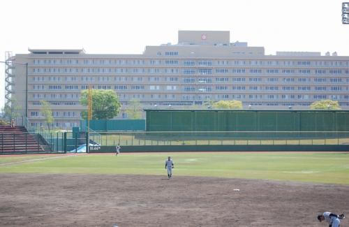 球場のレフト後方には、大きな病院があります。