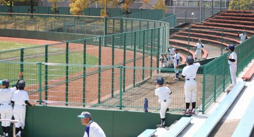 1塁側ブルペン。<br /><br />少年野球のちびっ子たちが、ツネイシの投手を見ています。<br />どの位置で見るのが、勉強になるのでしょうか。<br /><br />しょっぱい試合は、<br />1-0で西濃の勝利。<br />元ヤクルトスワローズの丸山投手は、アンラッキーな内野安打2本に抑えました。