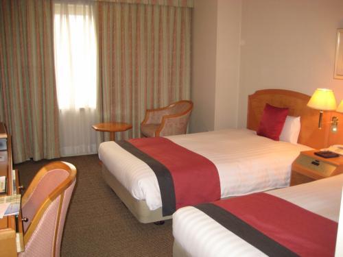よし、日常に戻ろう!<br />桜以外の旅の写真です。<br />一泊目は、「JALシティ青森」です。<br />女性向けのアメニティが充実していて、良いホテルでしたよ。<br />室内には、「ラーメンDEすかい」も常備されていました。さすがJAL。<br />それにしても、このネーミング・・・、このホテルのメインダイニングの名前も「ラ セーラ」だし、誰か社内に駄洒落好きがいるのかしら?<br />本当のフランス語だと思っちゃうじゃないか!(笑)