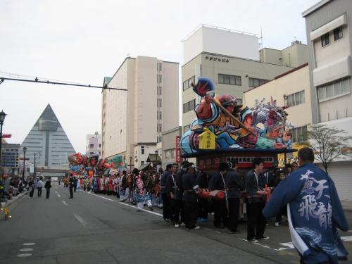 この日は、「春のフェスティバル」の最中でした。<br /><br />ちっちゃいサイズですが、ねぶたも登場。<br />後ろに見えるのが、青森県観光物産館アスパム。