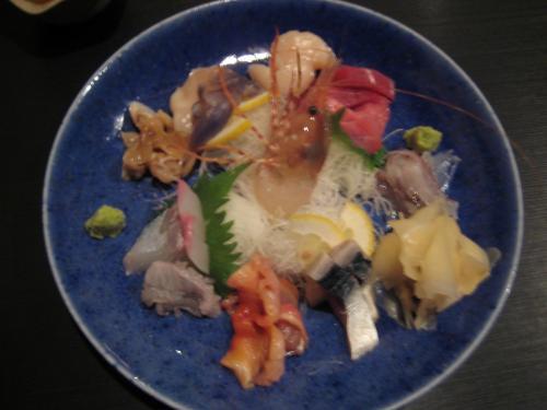 夕食は市内の「すずめ」というお寿司屋さんでいただきました。<br /><br />ご主人が、大間のマグロに、ことにこだわっているというのが選択の決め手。<br /><br />ジャズが流れる、オシャレな店内。<br />器も、津軽金山焼きを使用しています。<br /><br />写真は、刺身の盛り合わせ。<br />奥にあるのが大間のマグロで、マグロ好きのちびちゃんから、いかにしてこれを守るかが今回の課題(笑)。<br />真ん中の海老は、信じられないくらい長いこと動いていました。