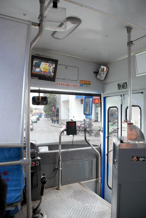 今日は「いっちょ、バスで行ってみよう!」と言う事になりました。<br /><br />でも、乗った事のない路線はドキドキです。<br />取り敢えず、玉縁路口にあるバス停にバスが停まったので飛び乗ってから、「束河古鎮へはどれで行くのか?」聞いてみると、「バスは茶馬村までは行ってないから、軽ワゴン(バン)バスで行けば良いよ」と言い、そのバス停のある所まで向かう事に。<br /><br />到着する前に、「次で降りるんだべよ!」と教えて呉れました。