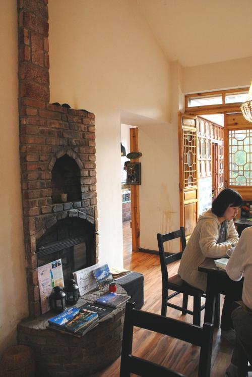 何人分描いたかなぁ・・・<br />しっかし、カフェにしては従業員の数が半端じゃありませんね。何だかレストラン並みに裏方さんが居ます。<br /><br />撮った策がシーンを全部載せてもしんどいので、これくらいにしておきますね。<br /><br />部屋にあったこの暖炉、飾りではなくて本物でした!<br /><br />飾りじゃないのよ、暖炉はホッホ〜♪<br />今回、どこかでもやったような・・・(^灬^;