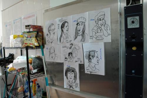 出ようとした時、絵がどうのこうのと言うのでついて行くと、厨房の中の大型冷蔵庫に、今描いたみんなの絵が張り出されていました!<br /><br />これは思い付かなかった結果ですが、これってなんだかステキですね!<br /><br />みんなの思い出と思って居ましたが、こうすると、描いた爺ぃも嬉しいですよね!